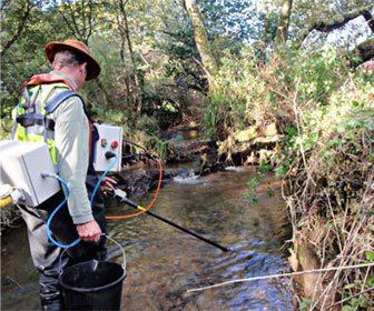 Equipo de pesca electrica en rio