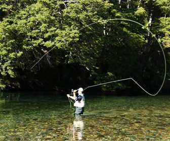 Lance pesca truchas en rio