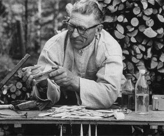Lauri Rapala tallando su primer prototipo de señuelo de pesca