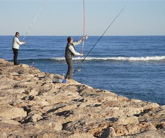 Pesca desde espigón costa de Málaga