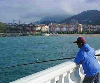Pescador con caña de corcheo