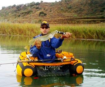 Pescando desde pato en embalse