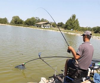Pescando en embalse al feeder