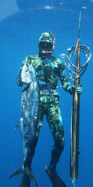 Pescasub con traje de neopreno